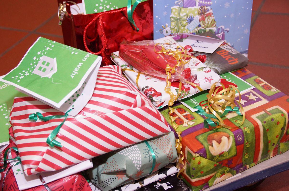 Verpackte Buchgeschenke für Kinder der Südstadtschule