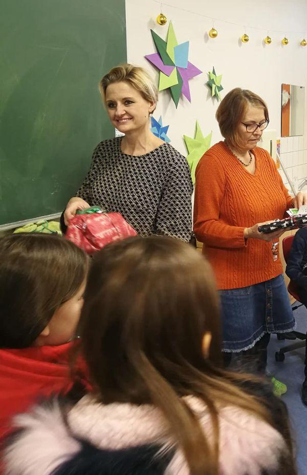 Cornelia Hanne verteilt Buchgeschenke in der Südstadtschule