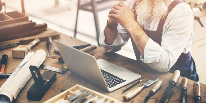 Handwerker am Laptop
