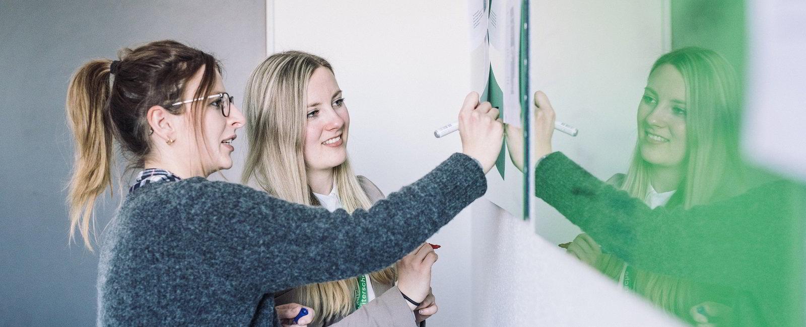 Mitarbeiter an whiteboard