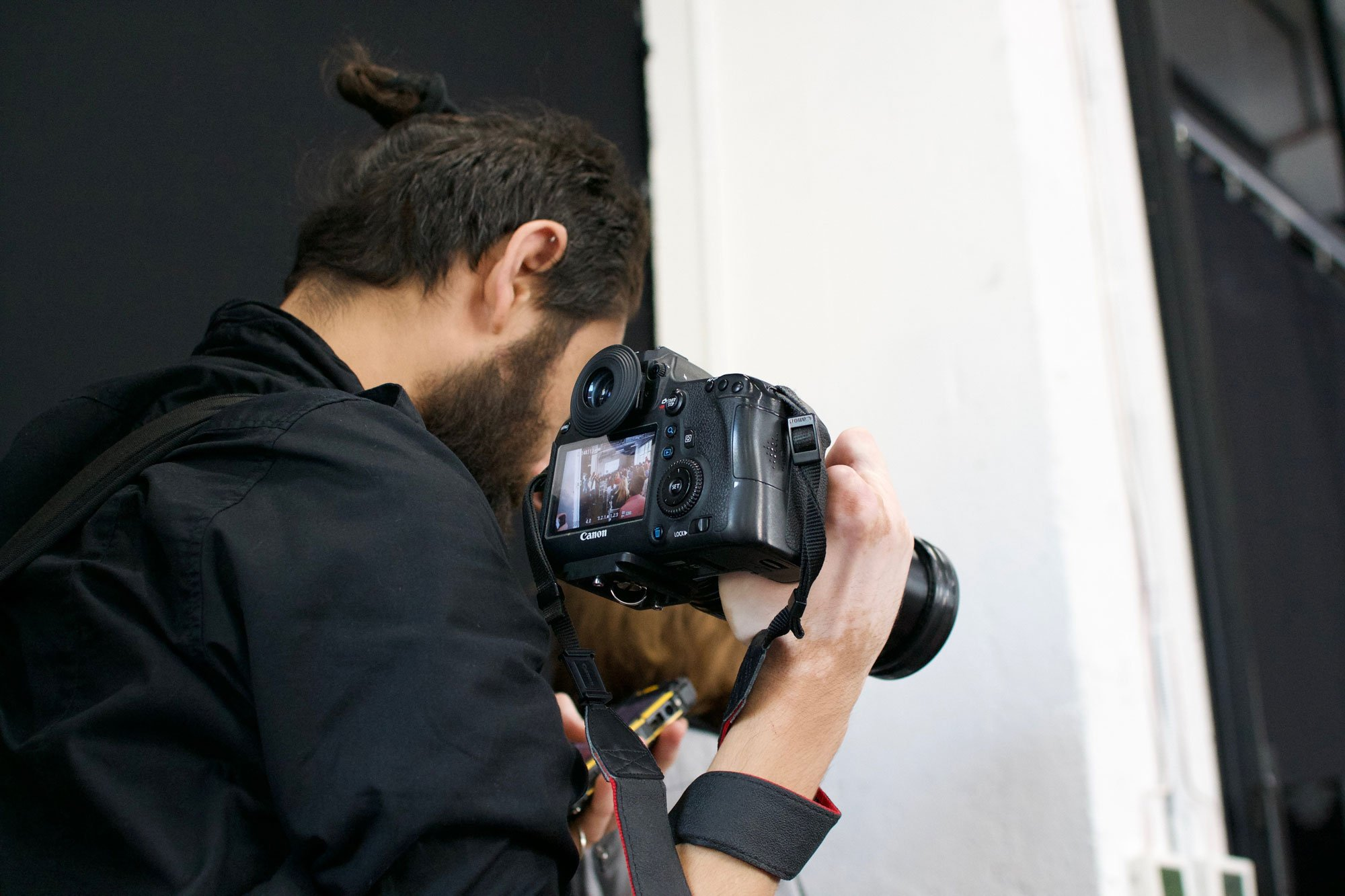 Fotograf macht Multimediaaufnahmen